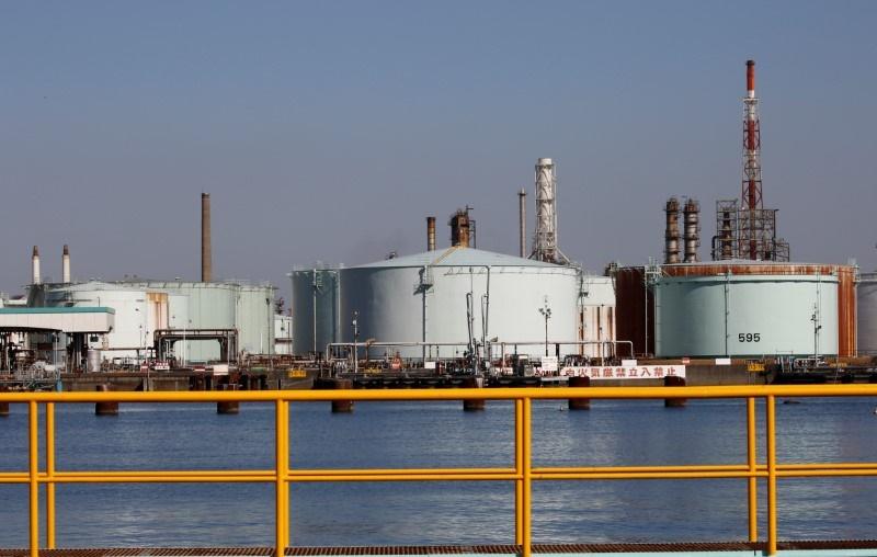 پالایشگاه - همزمان با منازعات موجود بر سر کاهش تولید نفت، قیمت آن افزایش یافت